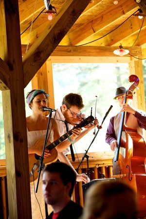 Live band at this Bluff Mountain Inn barn wedding. Click here for more from http://bluffmountaininn.com