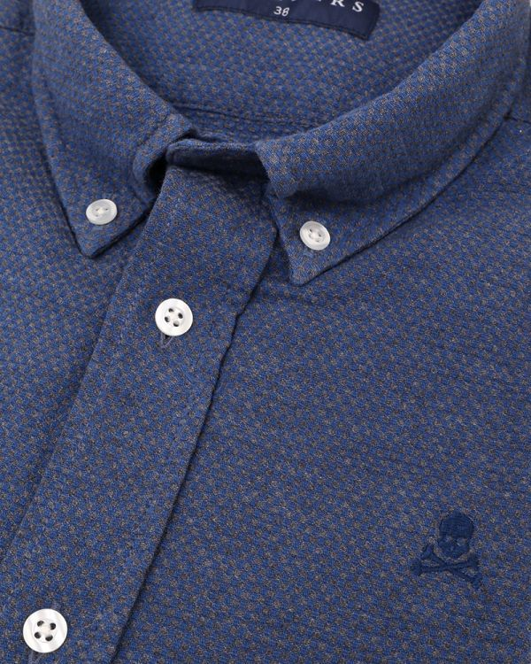 Camisa azul de mangas largas para hombre con hilos de indigo. Calavera bordada a tono en el pecho.