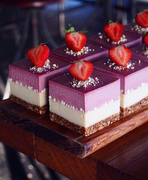 """chefsofinstagram: """"Atemberaubender Käsekuchen mit weißer Schokolade und Erdbeeren. ✅ Nach -…   – comid"""