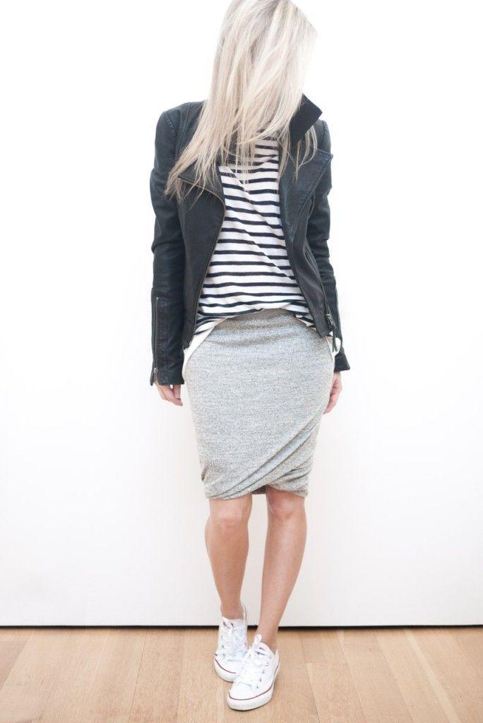 Acheter la tenue sur Lookastic: https://lookastic.fr/mode-femme/tenues/veste-motard-t-shirt-a-manche-longue-blanc-et-noir-jupe-crayon-baskets-basses/6687 — Baskets basses blanches — Jupe crayon grise — Veste motard en cuir noire — T-shirt à manche longue à rayures horizontales blanc et noir
