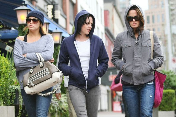 Kristen Stewart, Nikki Reed, and Elizabeth Reaser in Downtown Vancouver