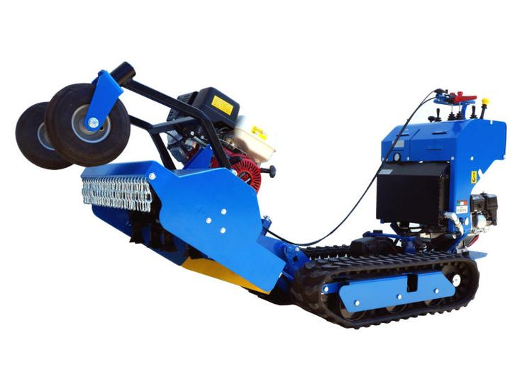 Gyrobroyeur à fléaux Kompact. Animé par un moteur indépendant, aucune perte de puissance n'est liée à l'avancement du chenillard. La puissance du moteur est donc directement redistribuée sur les couteaux, ce qui lui confère une efficacité supérieure à une version hydraulique standard.
