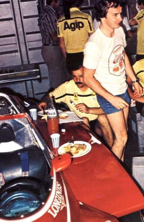 Time to lunch II The custom of the Ferrari mechanics by eating up the car! this time accompanied by Gilles.