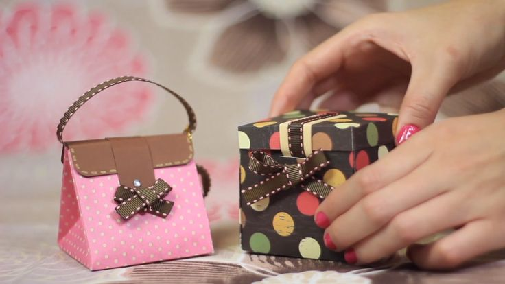 Make a gift box bag. Perfect for Mother's Day which is the 10 . Perfecto para el día de las madres que es el Make a gift box bag. Perfect for Mother's Day which is May . Diy Origami, Paper Crafts Origami, Diy Paper, Mason Jar Crafts, Mason Jar Diy, Diy Gift Box, Box Bag, Diy Birthday, Craft Videos