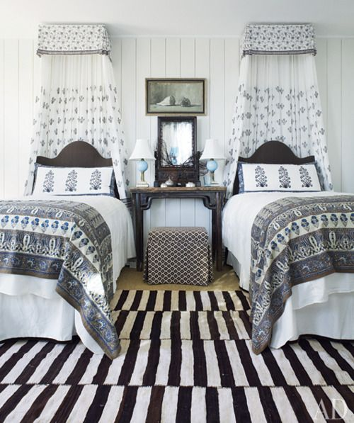 b/w with indigo blue: Beaches House, Beaches Bungalows, Guest Bedrooms, Black And White, Black White, Twin Beds, Guest Rooms, Rugs, Twin Bedrooms