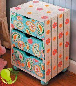 Cómoda con cajas de fruta