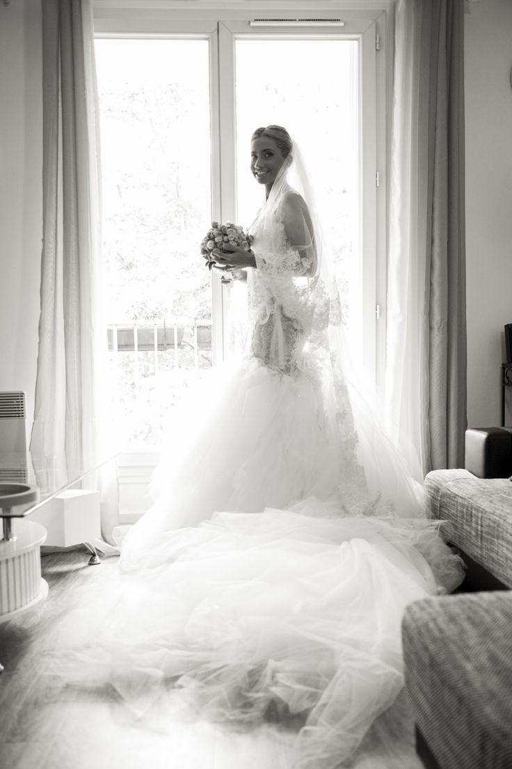original wedding dress// robe de mariée ; flower//fleurs ; skiss ; bouquet ; at the window ; lace // dentelle ; smile//sourire ; black & white photo// photo noir & blanc ; bride// mariée ; wedding photo  ; happy// joie  http://www.skiss.fr/