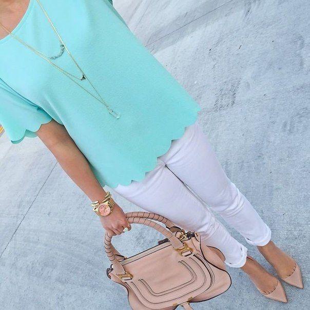 Белые брюки, бирюзовая блузка, бежевая сумка, бежевые босоножки
