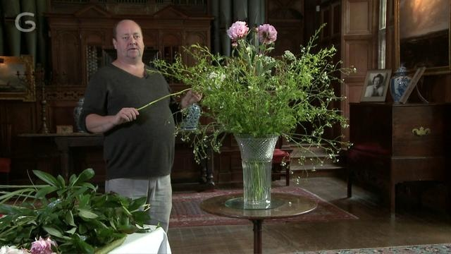 How to make a Glyndebourne bouquet  Kevin Martin, Glyndebourne's head gardener, gives us his tricks of the trade for flower arranging. Find out when is best to pick your flowers, why you should always remove lower foliage and how to treat the stems for a longer lasting display