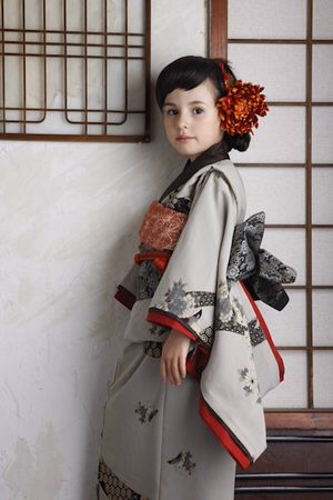 It is a kimono for the celebration of the 7-year-old.