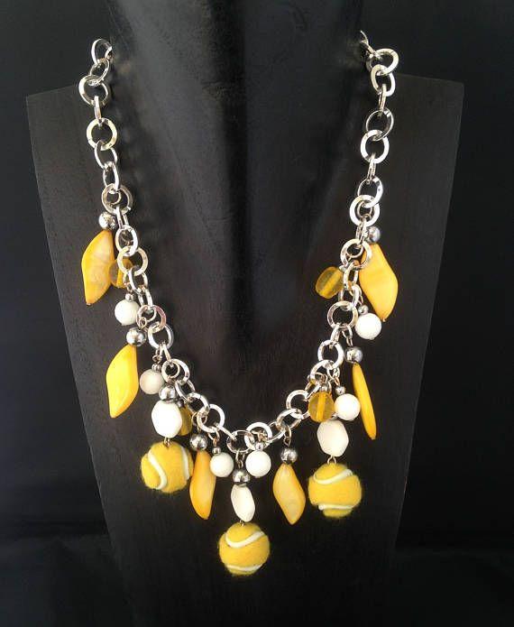 collier fabriqué avec des perles de nacre ,des perles de verre et des perles balles de tennis en feutre comme les vraies . pièce unique tour de cou 42 cm poids 111 gr
