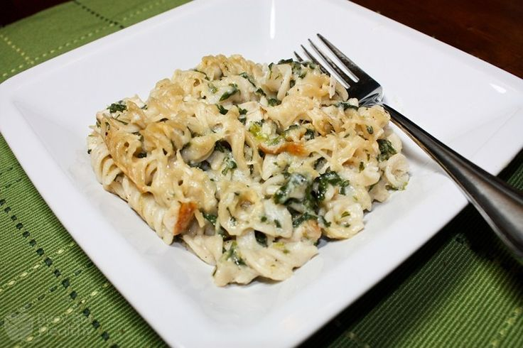 Chicken Florentine Casserole!! Make creamy delicious pasta the healthy way - only 315 calories per serving and perfect for the whole family! #dinner #healthy #familymeal