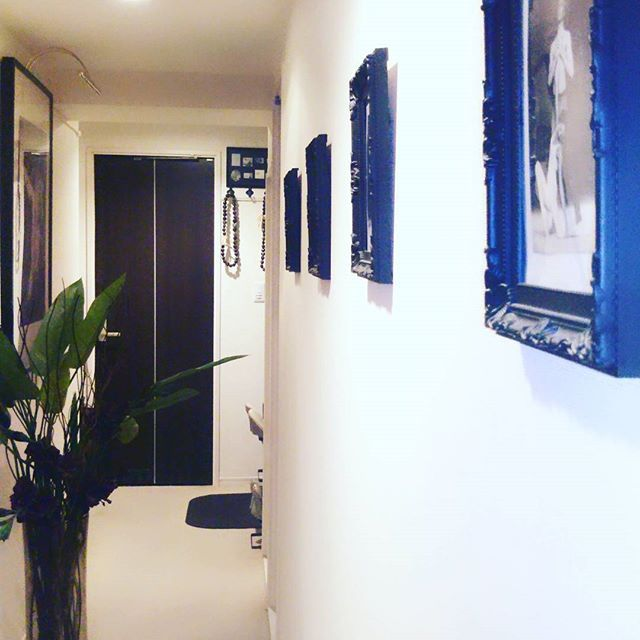 Welcome my house!  久々にインテリア改造したくなった! 玄関から廊下は、美術館風。 大好きなダンスの写真が飾られている。  リビングは、がらりとHawaii一色。  インテリアは、ホワイト、ダークブラウン、グリーンで統一。 このCOLORが落ち着く‼  #インテリア  #インテリア雑貨 #美術館風 #絵のある生活 #インテリア好きな人と繋がりたい  #IKEA #100均