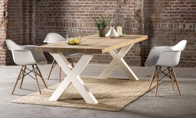 Zware houten #tafel met witte x poten. Met moderne witte #design #stoelen en een #industriele #brickwall