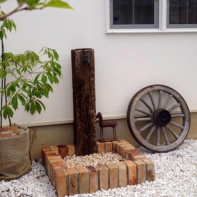 女性で、4LDKの麻袋/立水栓/サビサビ/念願の♡/車輪/ナコリ!アンティーク…などについてのインテリア実例を紹介。「昨日の蚤の市でついに!ずっと欲しかった車輪を購入しました♡周りに鉄が付いてるので重たいけど、その分ドッシリとしてかっこいい(≧∇≦)朽ちた木の色合いも好きです♡」(この写真は 2014-05-26 12:11:02 に共有されました)
