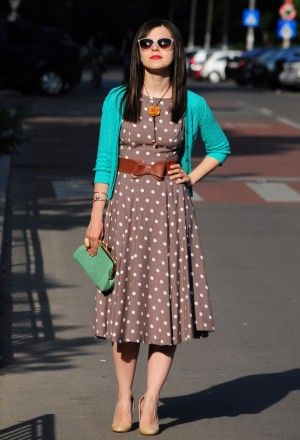 28: платье в горошек кофейного цвета и бирюзовый кардиган