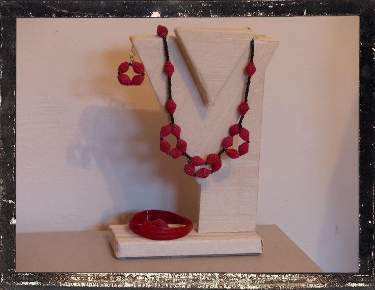 Parure - cannucce di volantini riciclati - cartoncini di crackers riciclati e colorati con acrilico rosso - vecchie perline di vetro - Carmen Benelli