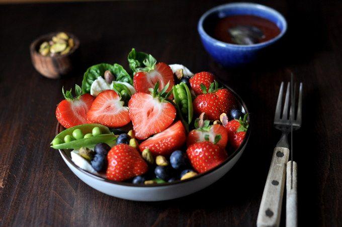 Sommersalat med jordbær, pistasj og mozzarella er en frisk salat som blir ekstra god med sommersøte jordbær.