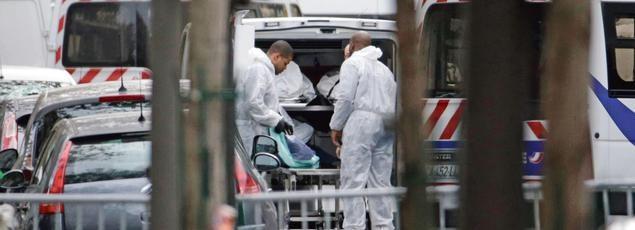 Les corps de victimes du Bataclan sont évacués,samedi, avant d'être transportés vers les hôpitaux parisiens.