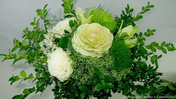 Bouquet d'été avec brassica, roses blanches et chrysanthème revert