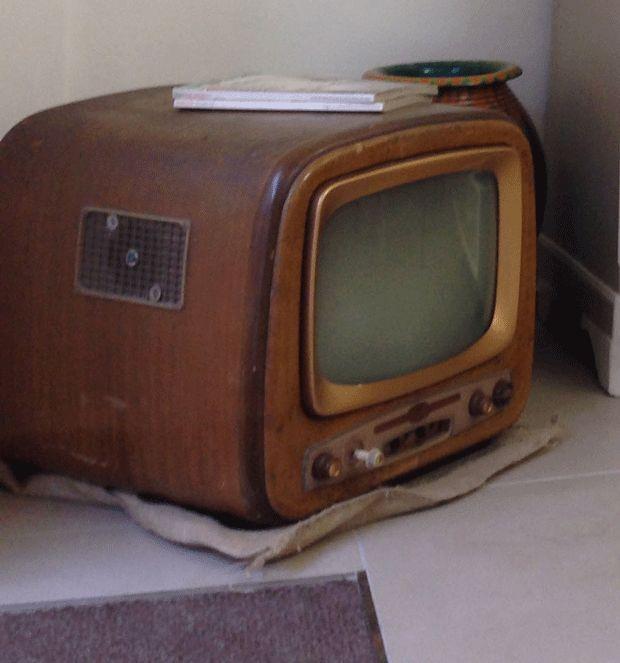 tavolino da salotto o seduta ottenuta con una TV vintage dorata.  www.kinkyart.it