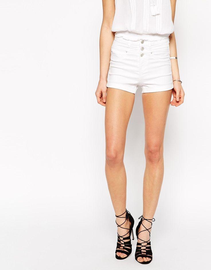 Immagine 4 di New Look Petite - Pantaloncini di jeans bianchi a vita alta