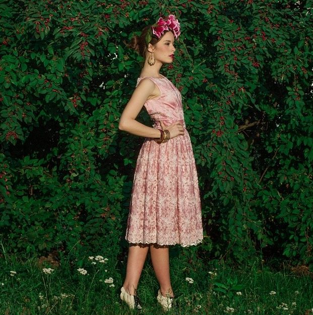 "Madame Periné en el vestido ""Flor de encaje"" de Alejandra Rivas. Foto Stefanie Schmid Rincón #rivasatelier #monsieurperine #madameperine #europa #costumedesign #fashion #moda #encaje #latinoamerica #style #pinkdress #rosa #alejandrarivasramirez"
