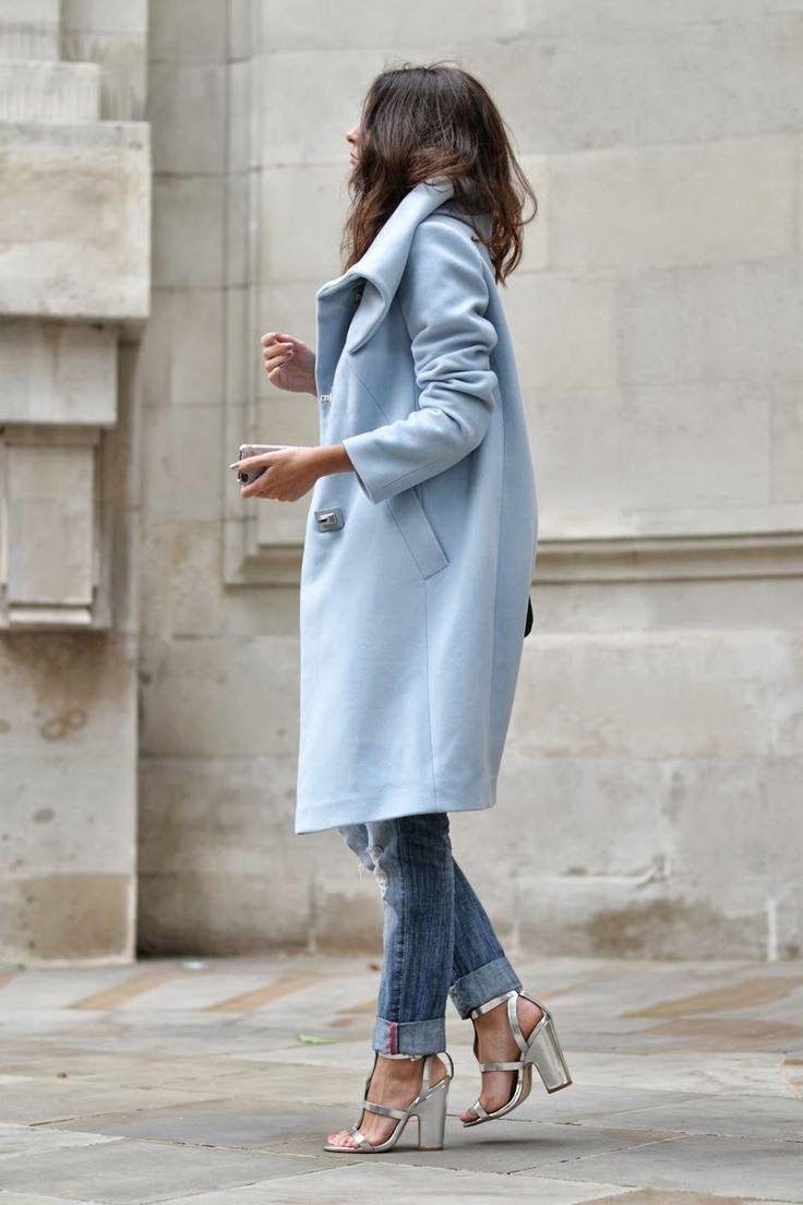 Licht blauwe jas en zilveren schoenen.