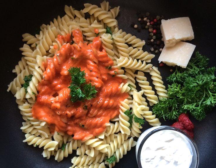 """Diese schlichte, aber sehr feine Tomatensauce erfreut sich bei Gross und Klein grösster Beliebtheit und gehört deshalb zu unseren favorisierten Saucen, wenn es einmal schnell gehen soll. In 15 Minuten steht der Pastateller bereits auf dem Tisch. Der Name der Sauce Cinque """"P"""" setzt sich übrigens aus den Anfangsbuchstaben der Zutaten zusammen: Pomodoro (Tomatenpüree), Parmigiano, Panna (Rahm), Prezzemolo (Petersilie) und Pepe (Pfeffer)."""