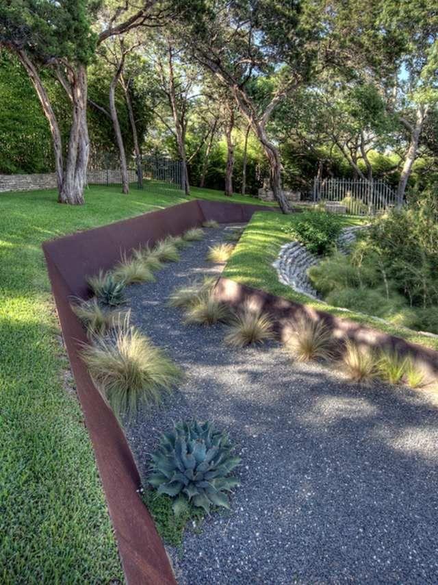 muro de contención con plantas y hierbas decorativas