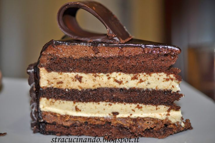Anni fa, nella piena incoscienza dell'età, provai a fare questa torta. Ci impiegai 4 giorni e mi ripromisi di non farla mai più. Ma gli anni...