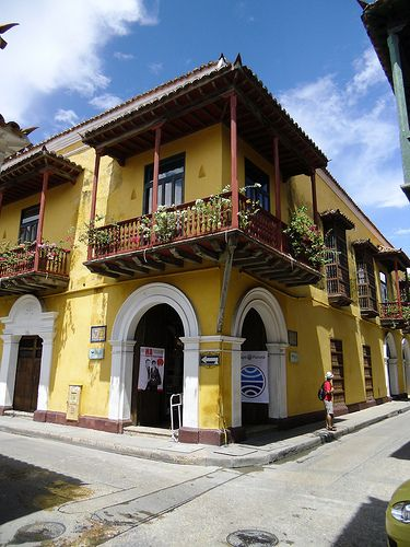 Es una casa amarilla en Bogotá. Hay muchas casas en Bogotá.