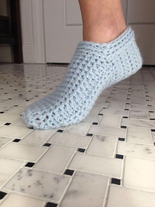 This free crochet pattern shows you how to crochet slippers.