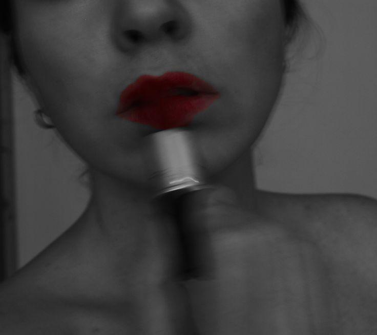 Нанесение помады на губы