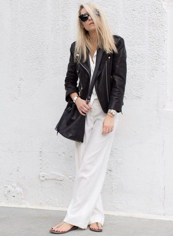 Look misturando peças pretas e brancas. Blusa e calça pantalona brancas com jaqueta de couro preta.