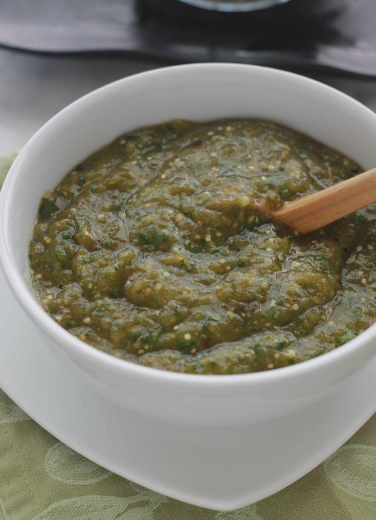 La vraie salsa verte mexicaine : délicieuse, saine et facile à faire avec un minimum d'ingrédients (tomatille, piment, oignon, coriandre, ail, jus de lime). / cuisineculinaire.com