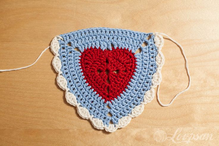 Granny Heart Triangle Bunting – Free Pattern Granny Heart Bunting by Loopsan. ❤CQ #crochet #hearts #valentines