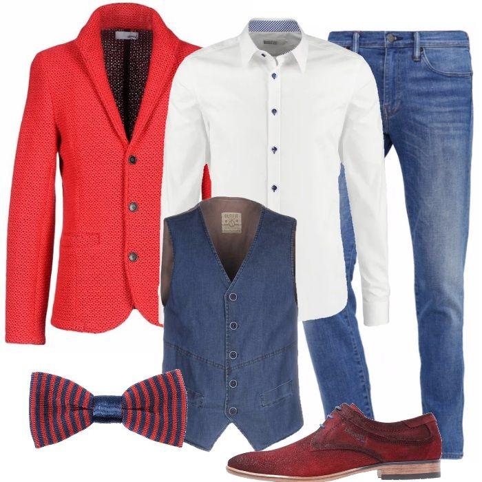 Outfit allegro, colorato di rosso, bianco e blu: giacca rossa lavorata a maglia, camicia bianca con bottoncini blu, gilet di jeans e jeans slim fit. Completano il look le stringate scamosciate rosse, in ecopelle, e il papillon di seta a righe rosse e blu.