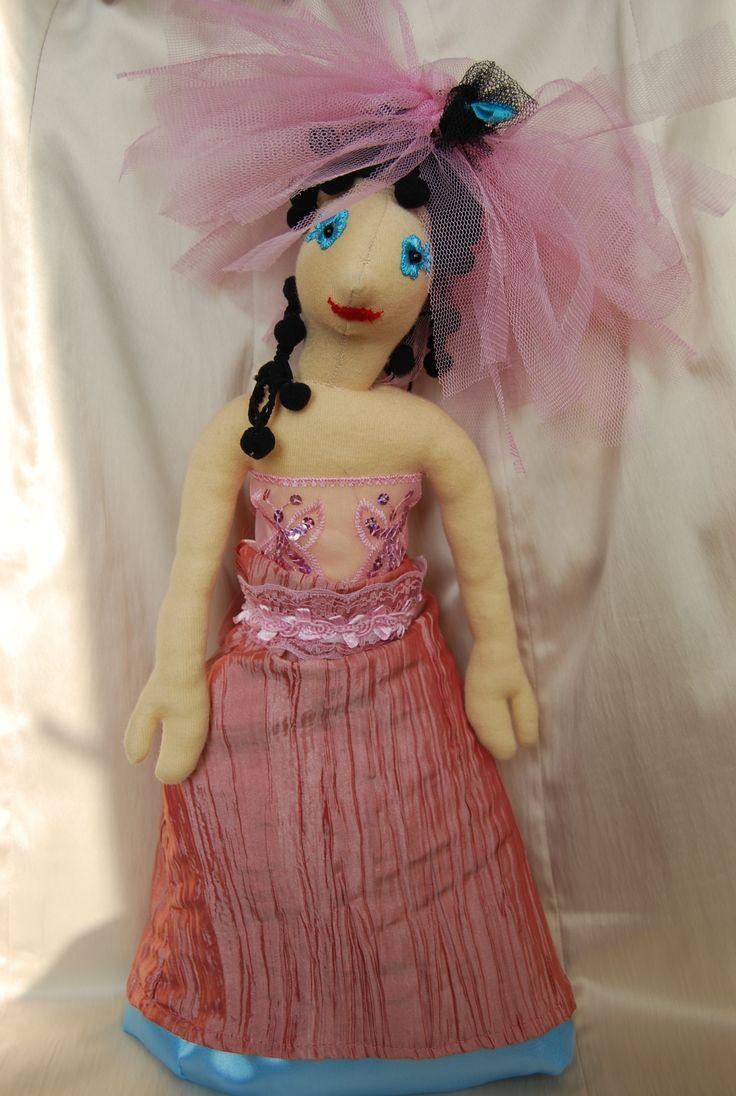 Viccesen összeválogatott ruha, néha kék (fején tütü, derekán csipkeöv, rózsaszín alsószoknya, kék abroncs)