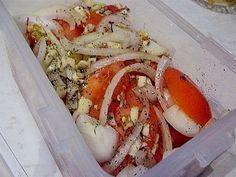 Ингредиенты: Свежие помидоры — 0,5 кг. или 4 средние Лук репчатый — 1 головка Для маринада: 4 ложки растительного масла 2 ст.л. лимонного сока 1 ч.ложка сушеного базилика 1 ч.ложка меда 3 зубчика чеснока на кончике ножа — соль. Красный молотый перец(я взяла 1 маленький засушенный стручок) Приготовление: Помидоры нарезать кружочками, лук — полукольцами Приготовить …