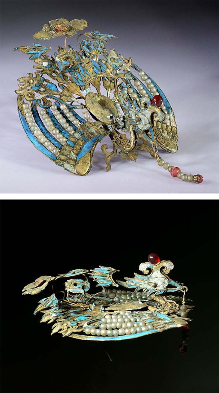 Chinese ornament featuring a phoenix, used like a brooch on a 'liang-patou' bow. Gilt metal with kingfisher feathers inlaid, embellished with imitation pearls and red beads. Qing dynasty (1644-1911). Width : 2 1/2 inch Height : 2 3/4 inch Depth : 1 1/4 inch
