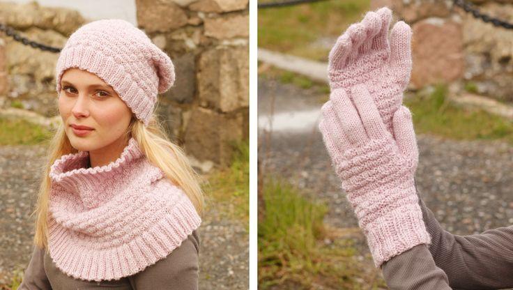 Der er ikke noget, der varmer som ren uld, og det er, hvad det lune, feminine rosa sæt strikkes i. Både hue og halsedise strikkes i et lille mønster, som beskrives i opskriften, og du kan vælge mellem 2 kombistørrelser
