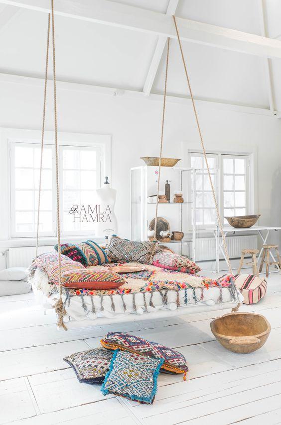 Parfois utilisé à l'extérieur, le lit suspendu se retrouve aussi à l'intérieur. Il réclame de l'espace et un décor minimaliste car c'est lui l'attrait principal de la pièce.