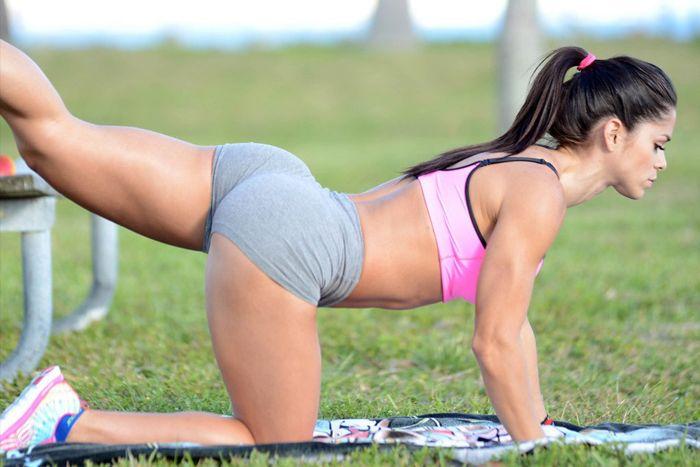 Um bumbum durinho e empinado sempre foi a preferência nacional, mas cada vez mais as mulheres procuram exercícios para aumentar o glúteo.