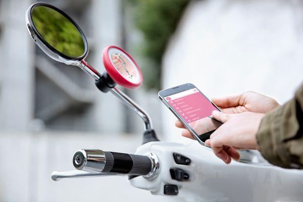 Un display touchscreen circolare, da apporre al braccetto dello specchietto retrovisore, che si collega con lo smartphone: è questa l'idea alla base di VIO il navigatore da scooter che TomTom propone per il pubblico giovane