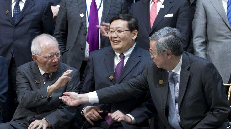 រូបភាពពីឆ្វេង៖ រដ្ឋមន្ត្រីហិរញ្ញវត្ថុប្រទេសអាល្លឺម៉ង់ លោក Wolfgang Schaeuble; រដ្ឋមន្ត្រីហិរញ្ញវត្ថុប្រទេសចិន លោក Lou Jiwei និង អភិបាលធនាគារកណ្តាលប្រទេសចិន លោក Zhou Xiaochuan ក្នុងកិច្ចប្រជុំ G-20 មួយកាលពីថ្ងៃទី១៥ មេសា ឆ្នាំ២០១៦។