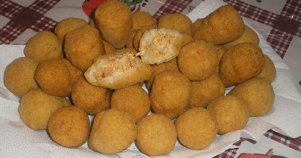 Massa:  - 3 copos de água  - 3 e 1/2 copos de farinha de trigo  - 2 tabletes de caldo de galinha  - 1/2 copo de óleo  - 2 dentes de alho bem batidos  - Para empanar:  - 2 colheres de sopa de maizena misturada em 1/2 copo de água  - Farinha de rosca  - Recheio:  - 1 1/2 kg de peito de frango  - 1 caixinha de molho de tomate  - 3 dentes de alho batidos  - Cheiro verde  - 5 colheres de óleo  - Sal a gosto  - Catupiry (opcional)  -