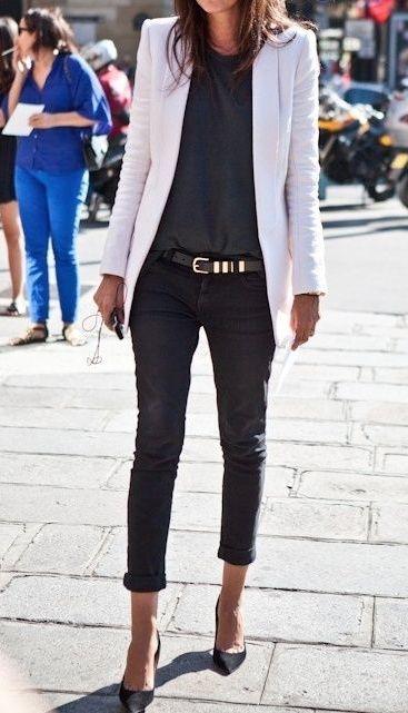 Blazer lichte kleur, broek shirt en pumps donkere kleur