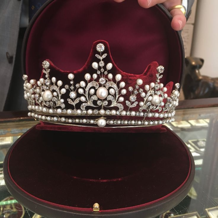 This Bentley & Skinner late Victorian natural pearl and diamond tiara dating from 1910 is perfect for your wedding day as bridal jewellery. Discover more about tiaras and how to buy one: http://www.thejewelleryeditor.com/videos/bridal-jewellery/wedding-tiaras-expert-advice-on-how-to-choose-the-perfect-headpiece/?action=play #vintage #jewelry