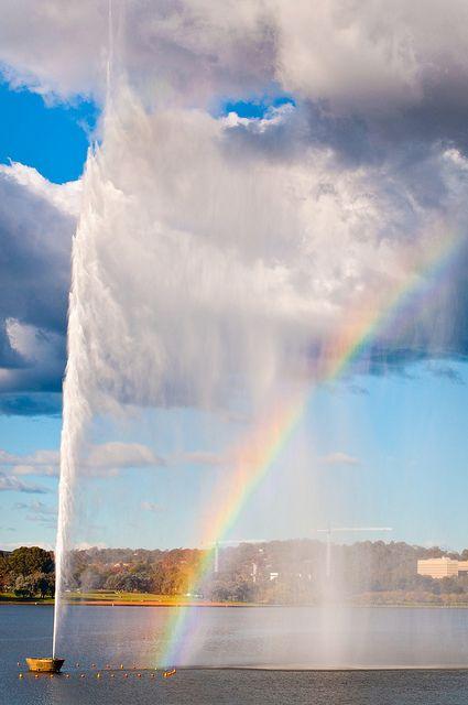 Chorro de agua (jet d'eau) en memoria del Cap. Cook, en el lago Burley Griffin, Canberra. AU.-